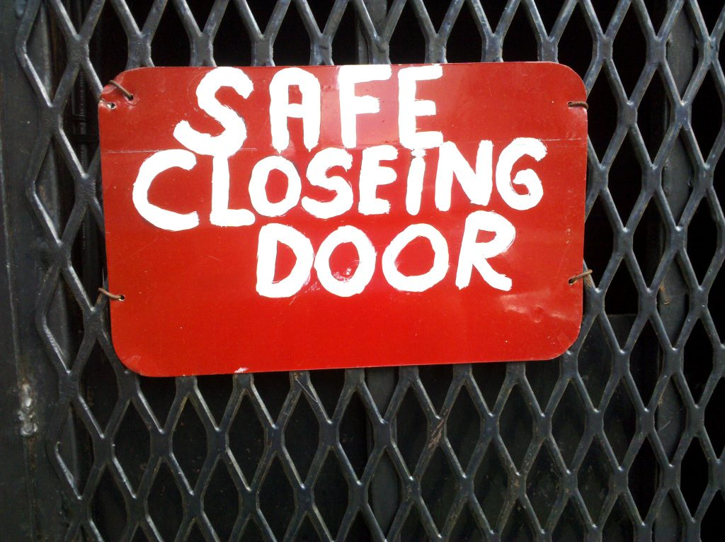 SAFE CLOSEING DOOR
